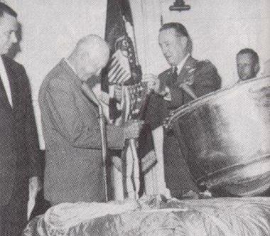 Eisenhower z zastavo