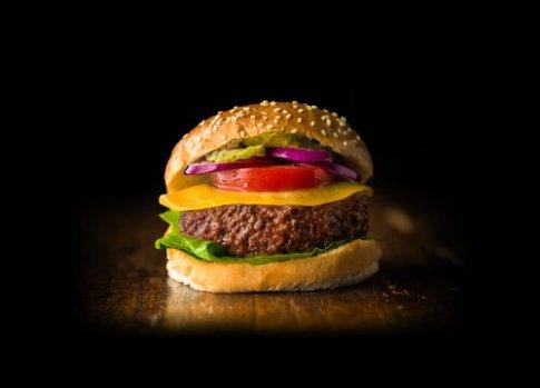 Deze afbeelding heeft een leeg alt-atribuut; de bestandsnaam is kweekvleesburger-Mosa-Meat.jpg
