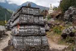 Tabliczki modlitewne na szlaku do Namche Bazar