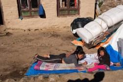 Dzieciaki w ergonomicznych pozycjach rozwiązują zadania domowe