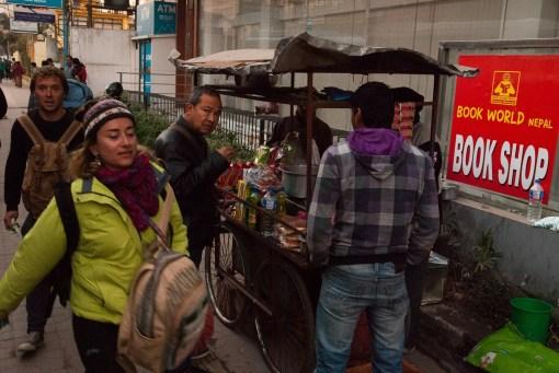 Handel uliczny i turyści wyjeżdżający do Pokhary