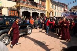 Ważniejsi mnisi wjeżdżają na modlitwy luksusowymi samochodami