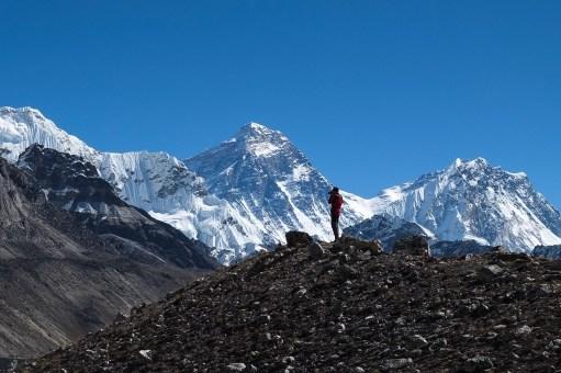 Michał na tle Everestu podczas wycieczki do bazy pod Cho Oyu