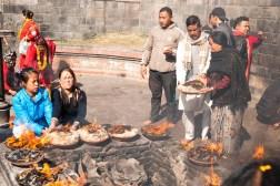 Świątynia Pashupatinath, obrzęd składania zniczy z tysięcy knotków