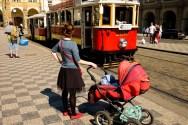 Stary tramwaj przejeżdżający przez Malá Strana