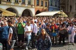 Tłum pod zegarem astronomicznym oczekujący na kilkunastosekundowe widowisko