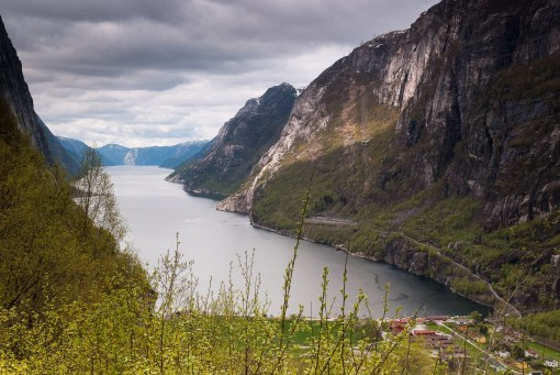 Widok na Lysefjord i wioskę Lysebotn
