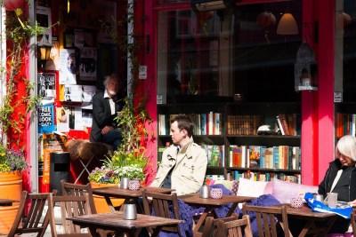 Jedna z kawiarni na kolorowej ulicy w Stavanger