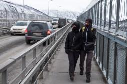 Ewa i Mikołaj walczą na moście z przeszywającym, zimnym wiatrem