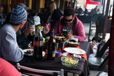 Zjedz posiłek razem z miejscowymi
