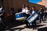 Głośne bębny na paradzie święta szkoły