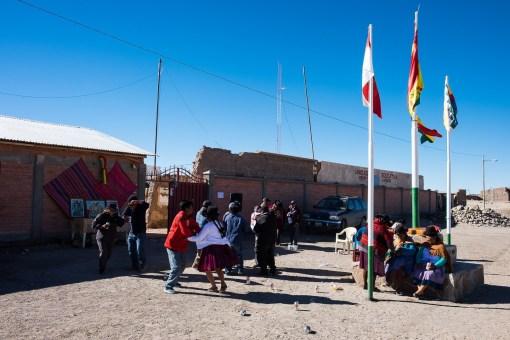 Boliwijczycy w Julaca świętują tańcząc