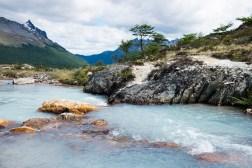 Rwący strumień wypływający z Laguny Esmeralda