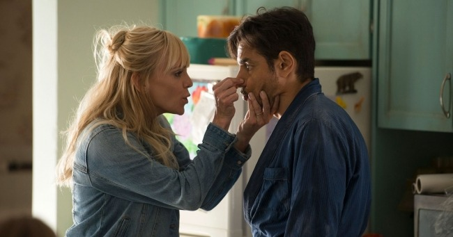 Anna Faris dives into fake marriage in new <em>Overboard</em> trailer