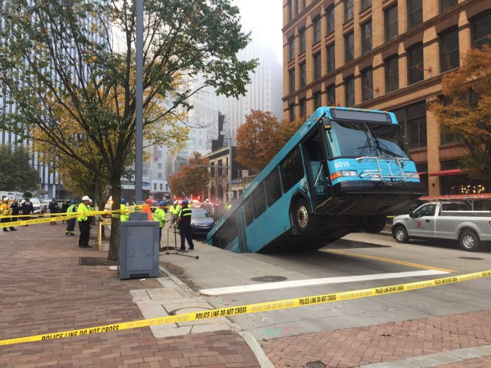 USA: Bus plunges backward into a giant sinkhole at Pittsburgh