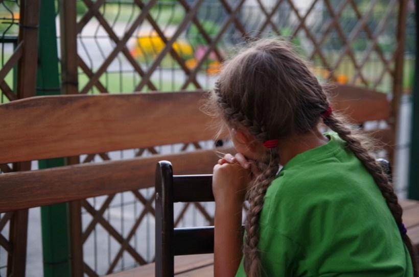 Dzecięce mądrości - zamyślone dziecko
