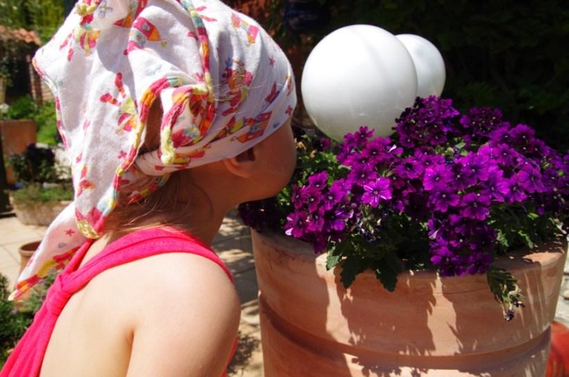 Ogrody Kapias Goczałkowice - Dziewczynka wachająca kwiaty
