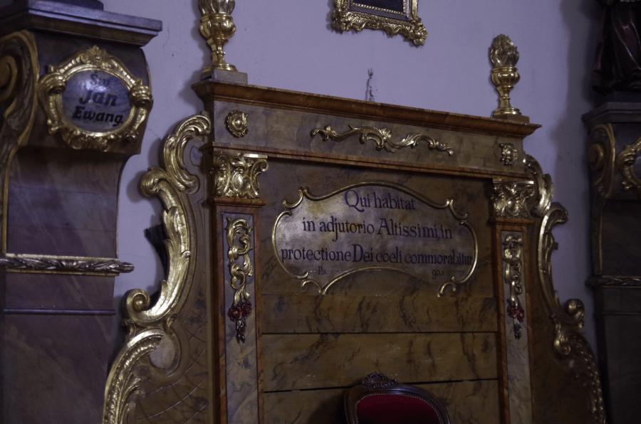 Międzylesie - Kościół pod wezwaniem Bożego Ciała - ława