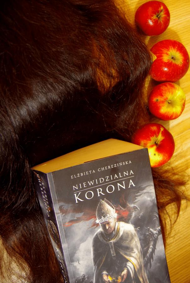 Elżbieta Cherezińska - Niewidzianna korona - okładka połowa
