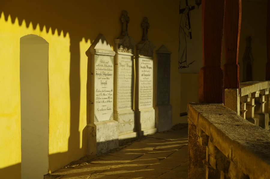 Uzdrowiska okolice - Stary Wielisław - Sanktuarium Maryjne - epitafia w słońcu
