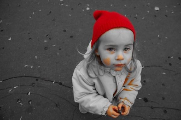 Szczerość dziecka w czerwonej czapeczce chodzi
