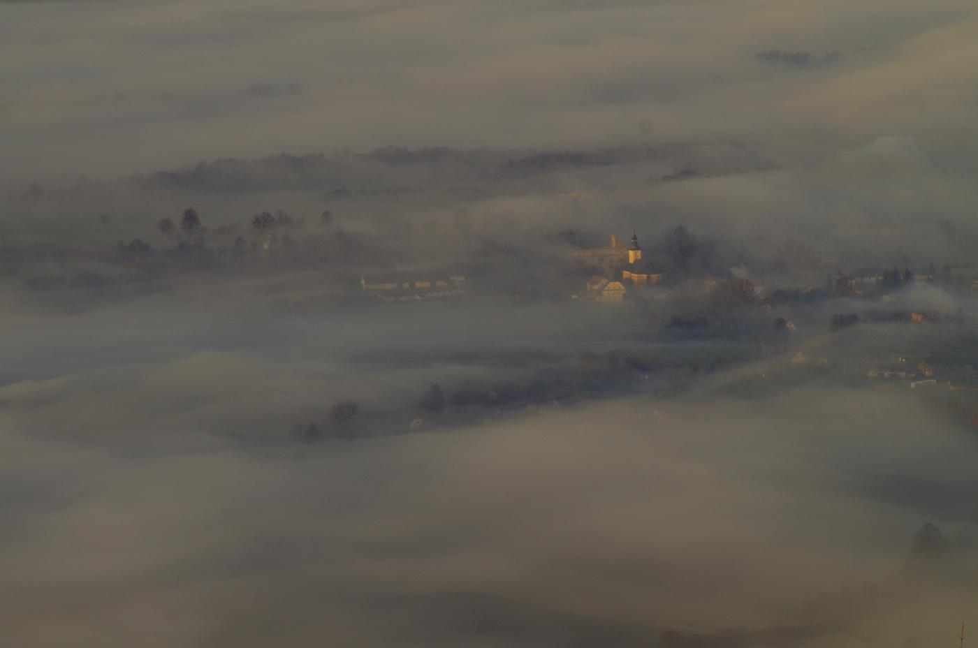 Klimat Kotliny - wies Wilkanów we mgle