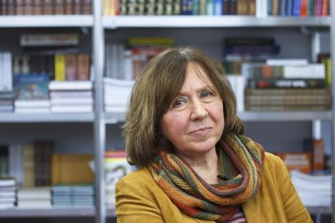 Nhà văn Belarus Svetlana Aleksievich tại một hội chợ sách ở Minsk, Belarus ngày 8 tháng 2 năm 2014