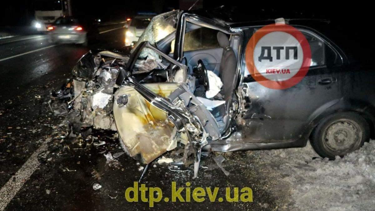 У Києві на водій BMW спровокував лобову ДТП та вилетів з вікна