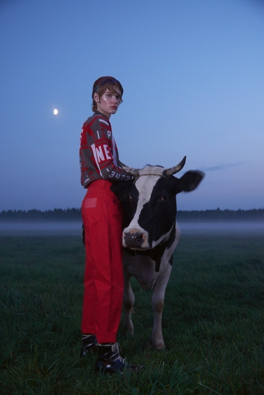 shooting fashion dans un village biélorusse avec une vache dans Elléments magazine