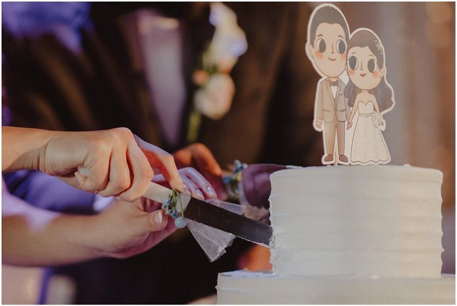 thomas family farm seattle snohomish wedding cake cutting