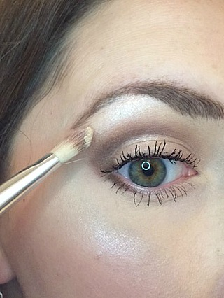 Highlighting 101: A Practical Guide to Highlighting Your Face. This article explains the difference in highlighting products and explains exactly where and how to highlight your face. Perfect for highlighting beginners.