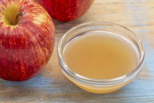 Giấm táo có tác dụng làm sạch bã nhờn trên da, ngăn ngừa mụn