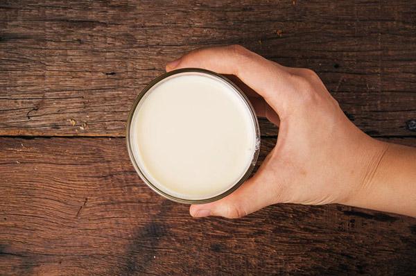 Sữa tươi không đường cung cấp độ ẩm và các dưỡng chất giuops làn da luôn căng mọng
