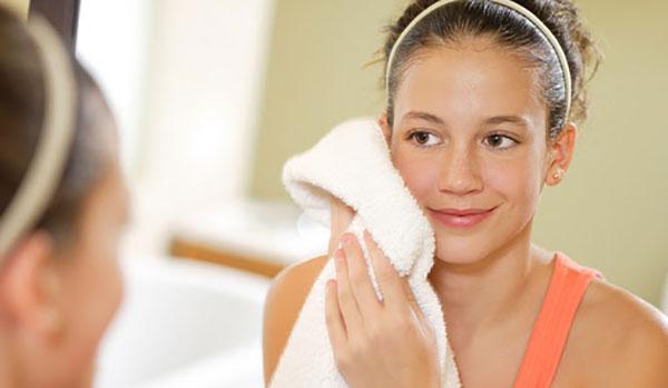 Thói quen vệ sinh da mặt không đúng cách là nguyên nhân gây mụn