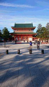 平安神宮。昨日はよく晴れていて12月に入ったというのに暖かな1日でした。