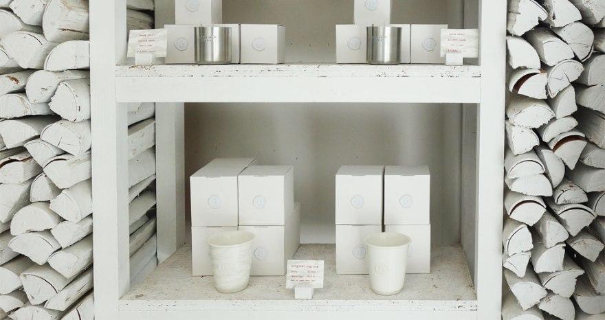 カフェ Walden Woods Kyoto (ウォールデン ウッズ キョウト)さんのカップなどを販売しているコーナー。