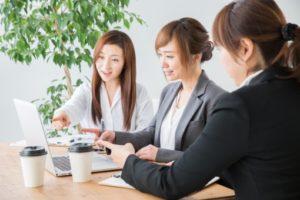 会議中の女性