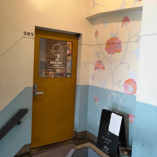 【五条通りにある古めのビルをおしゃれに活用している「つくるビル」2階のカフェ】マルニカフェ