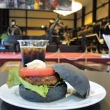 京都・トロッコ嵯峨駅「SL ROMAN CAFE」ブラックハンバーガー