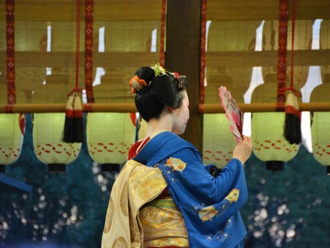 京都・東山花灯路・八坂神社・舞妓