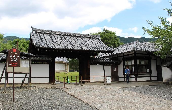20霊宝館への門