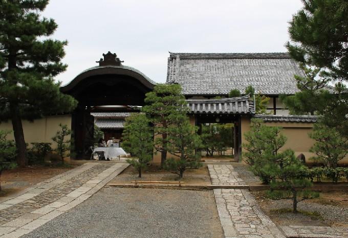 0総見院の正門(右は親子塀)