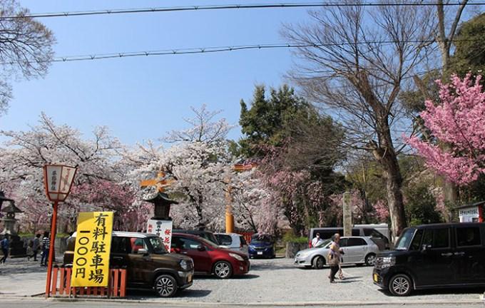 平野神社鳥居前の駐車場