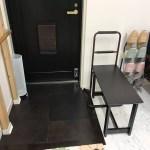 やまぞえ整体院京都烏丸三条店の入り口にベンチを設置して、ひざ痛・腰痛の方でも靴の脱ぎ履きがしていただきやすくなりました(^^)