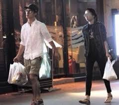 一緒に買物をする2人