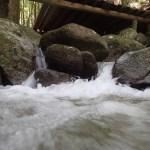 有些納涼床很近河流,但有水流很快,請小心。