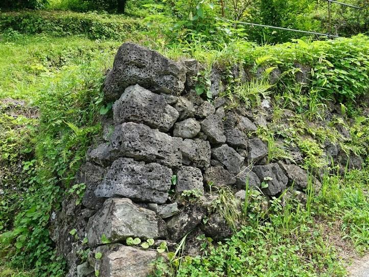和銅露天掘り跡近くでみつけた石積み