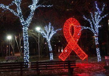 La symbole de la lutte contre le SIDA illumine la nuit  dans le parc Cawthra, en plein centre du village gai. Les francophones VIH attendent eux-aussi un peu de visibilité.