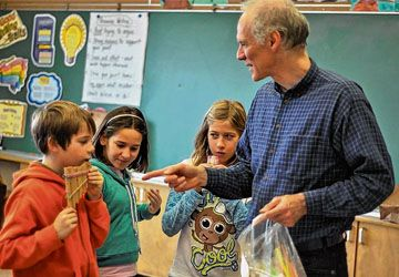 Mark Sepik avec des élèves du Lycée français de Toronto.