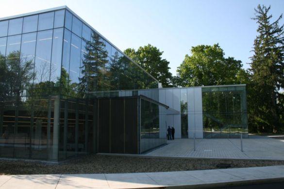 Le «Centre d'excellence pour les études postsecondaires en français et bilingues» à l'entrée du campus Glendon de l'Université York.